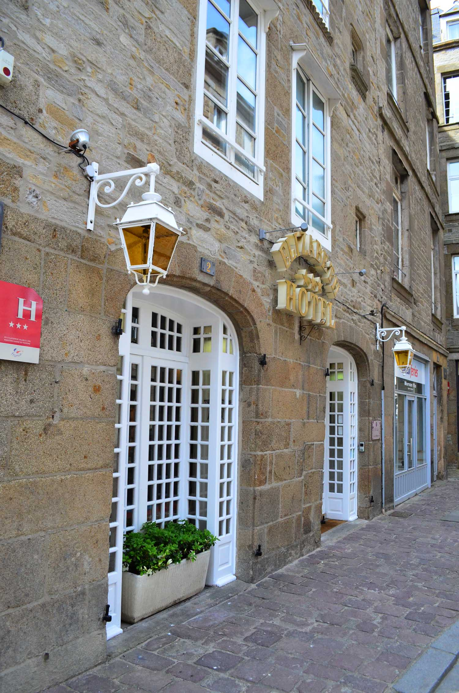 This building, built around 1660, is among the oldest buildings in Saint- Malo. We are located near the port for departures to Jersey, Guersey and England.